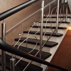 Гнутые струны и непрерывный круглый поручень в ограждении лестницы