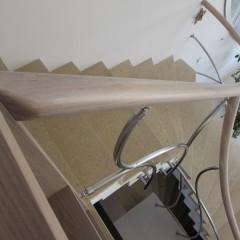 Ограждение из гнутых труб в сочетании с дубовым гнутоклееным поручнем