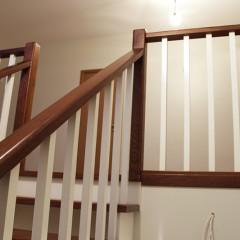 Классическая деревянная лестница c забежными ступенями