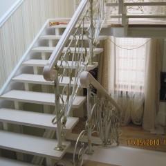 Лестница на металлических косоурах с кованным ограждением