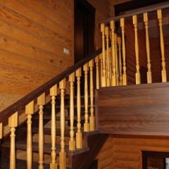 Лестница из массива ясеня с классическим ограждением