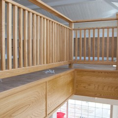 Лестница из массива ясеня на косоурах