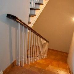 Классическая бетонная лестница с отделкой массивом дуба