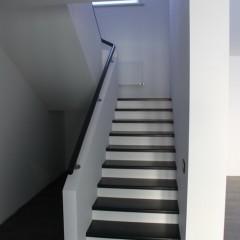 Строгий дизайн лестницы с непрерывным круглым поручнем