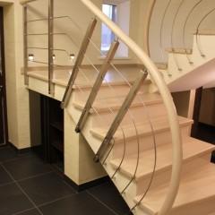 Оригинальное ограждение бетонной лестницы со ступенями из выбеленного дуба