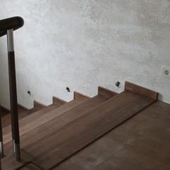 Ограждение м-д-м и круглый поручень в отделке лестницы
