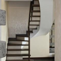 Лестница на бетонном основании с кованым ограждением