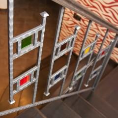 Комбинация стекла и металла в ограждении лестницы