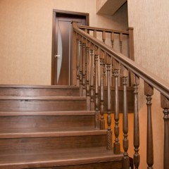 Комбинация сосны и дуба в отделке бетонной лестницы
