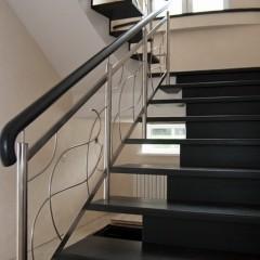 Гнутые струны из нержавеющей стали в ограждении  лестницы