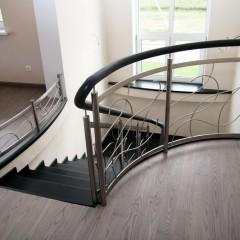 Гнутые струны в ограждении лестницы на гнутом бетонном основании