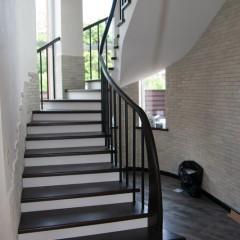 Металлические трубки в ограждении лестницы
