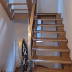 Лестница на косоурах с кованным ограждение