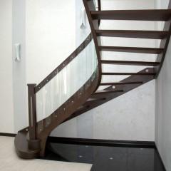 Лестница на тетивах из массива дуба