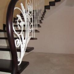 Свисающие ступени на бетонном основании с кованым ограждением