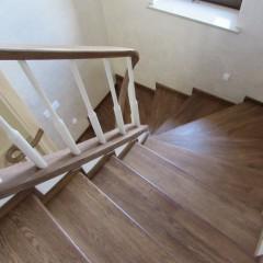 Отделка гнутой бетонной лестницы массивом дуба
