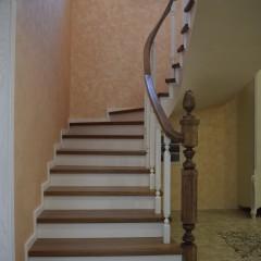 Бетонная лестница с дубовыми ступенями и гнутым поручнем