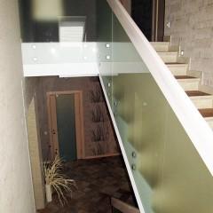 Боковое крепление ограждения из стекла к бетону