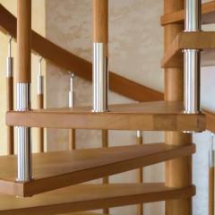 Винтовая лестница из массива дуба