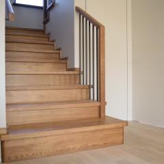 Отделка лестницы массивом дуба. Черный металл в ограждении