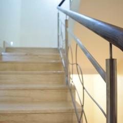 Ограждение из нержавеющей стали в частном доме
