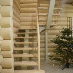 Лестница на металлическом косоуре с двумя разворотными площадками