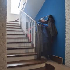 Отделка бетонной лестницы столярным щитом из ясеня