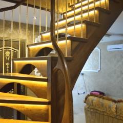Лестница из массива дуба с диодной подсветкой ступеней