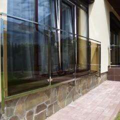 Ограждение из стекла и трубы из  нержавеющей стали
