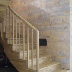 Отделка бетонной лестницы столярным щитом из дуба