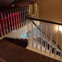 Лестница на гнутой тетиве с классическим ограждением