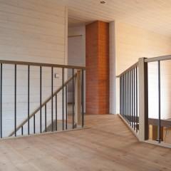 Лестница на тетивах из сосны (ступени - дуб)