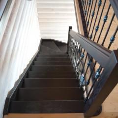Лестница на больцах с кованым ограждением