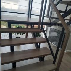 Лестница с ограждением из каленого стекла